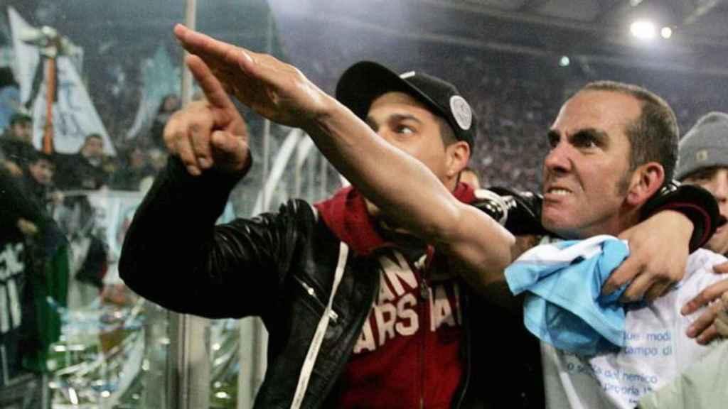 Di Canio saluda a la afición del Lazio tras un partido contra el Livorno en 2006.