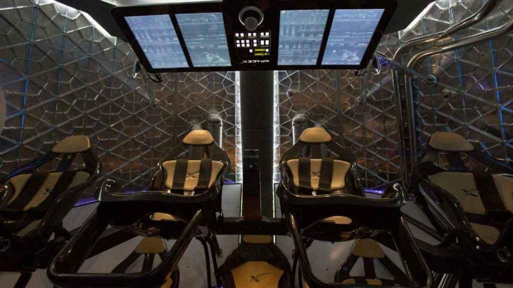 Interior de la cabina de la nave espacial Dragon.
