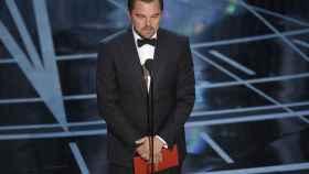 Leonardo DiCaprio con el sobre de la discordia.