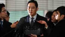 Lee Jae-yong abordado por los medios