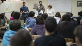 Activistas de Arcópoli en la clase contra la homofobia en el IES Manuel de Falla