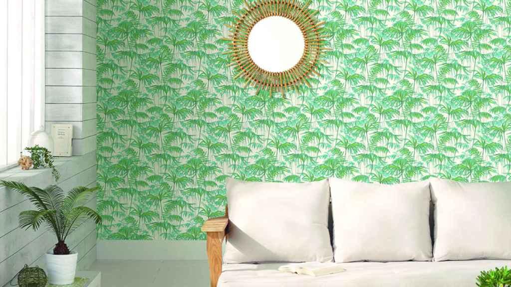 El greenery combina muy bien en papeles pintados con otros verdes y, por supuesto, el blanco. | Foto: Leroy Merlin.