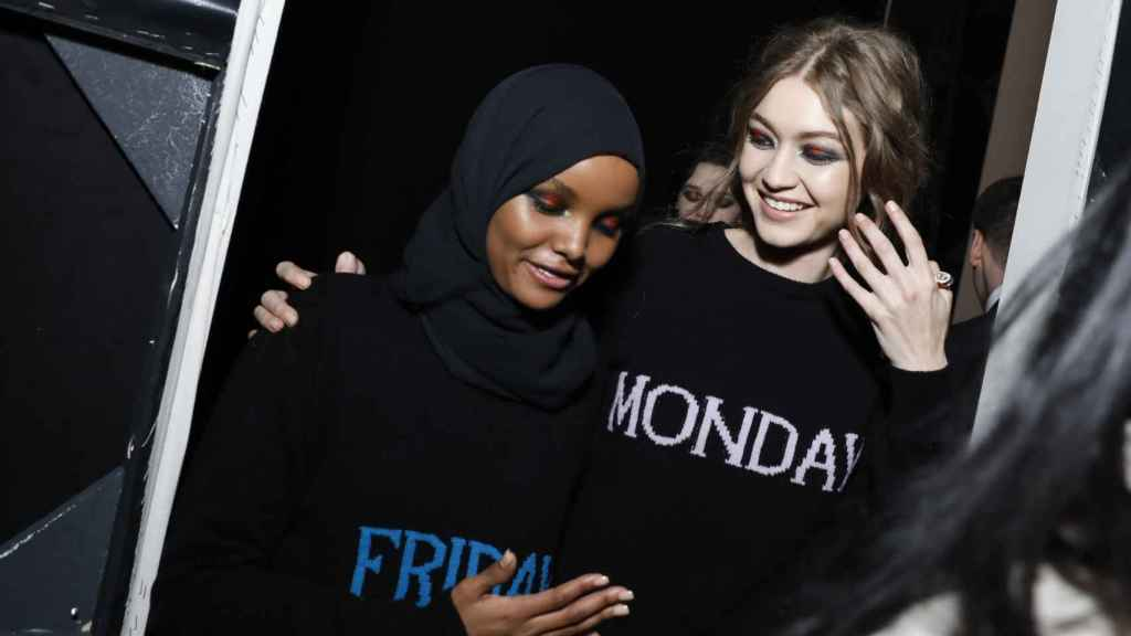 Halima Adem junto a Gigi Hadid. Foto: Getty Images.