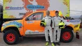 Jesús Calleja y Jaume Aregall, junto al vehículo.