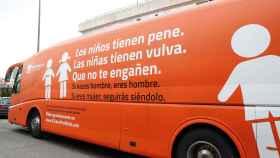 Los niños tienen pene, Las niñas tienen vulva, Que no te engañen, reza el rótulo del autobús