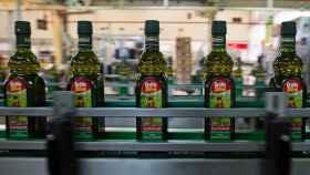 Botellas de la marca Carbonell, propiedad de Deoleo.