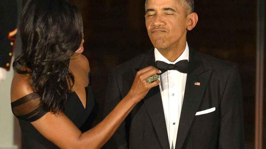Michelle Obama arregla la pajarita a su marido, en una imagen de archivo.