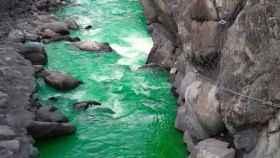El río Valira ha bajado con este color durante unas horas
