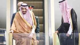 El rey Salman llegando a Indonesia.