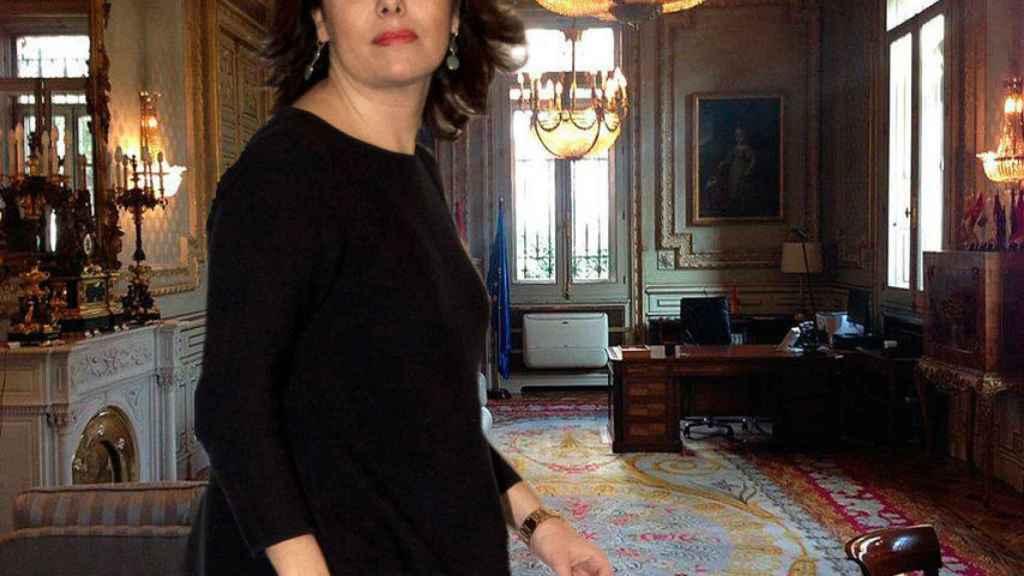 La vicepresidenta con su despacho al fonfo.