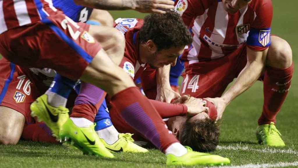 Fernando Torres es atendido en Riazor por los servicios médicos.