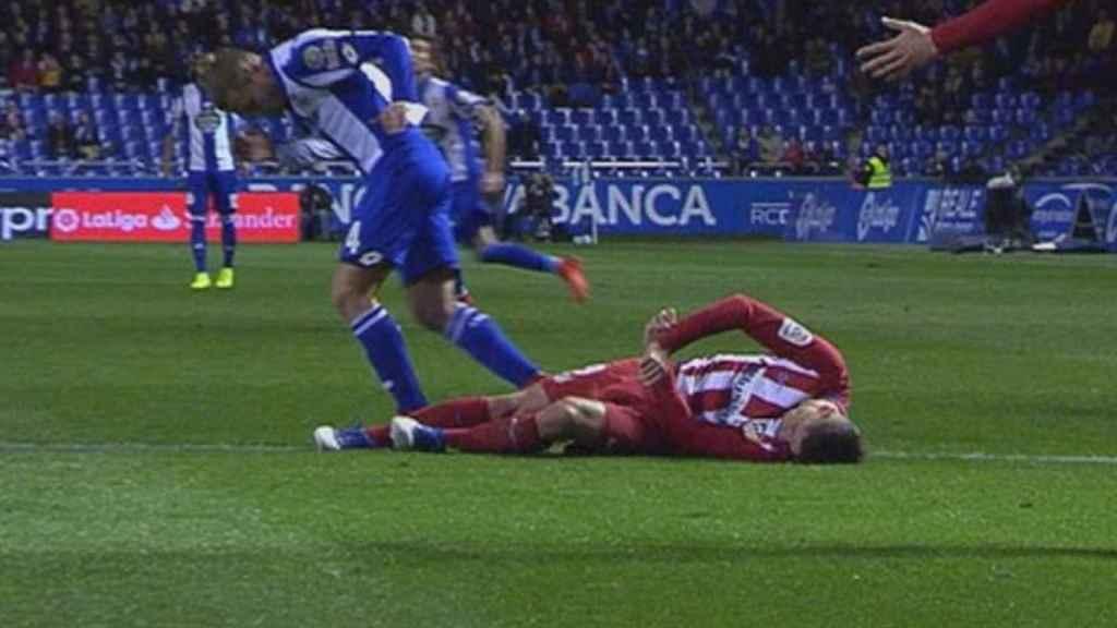 Fernando Torres en el momento de caer al suelo tras el golpe con Bergantiños.