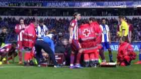 Los jugadores del Atlético de Madrid, preocupados tras el choque.
