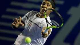 Nadal golpea la pelota en el Open de México que se celebra en Acapulco.