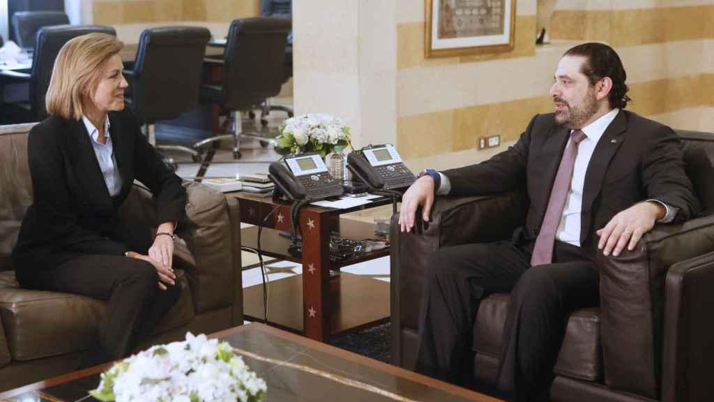 La ministra de Defensa, María Dolores de Cospedal (i), durante la reunión con el primer ministro libanés, Saad Hariri (d), hoy en Beirut.