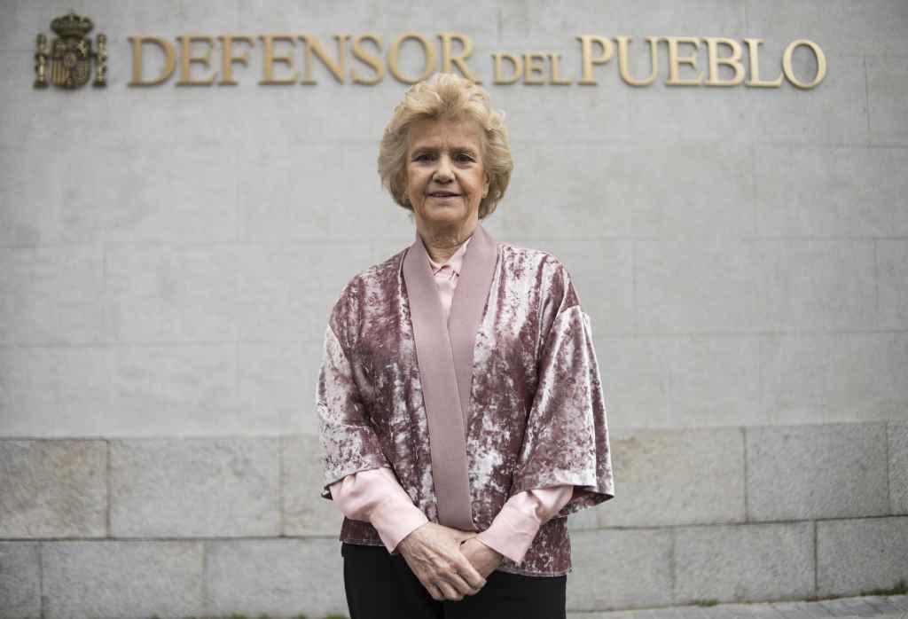 Soledad Becerril en la puerta de la sede de El Defensor del Pueblo en Madrid.