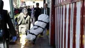 Traslado del cuerpo de una mujer de 45 años que ha muerto hoy tras ser apuñalada en el cuello en el interior de un piso de la localidad madrileña de Alcobendas.