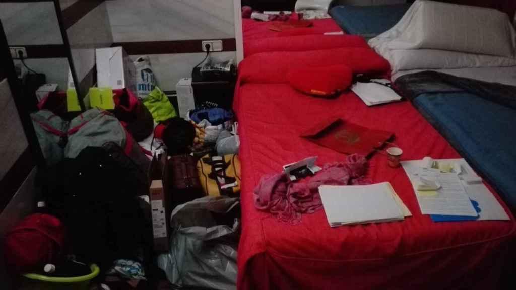 Todas las pertenencias de Evelyn están apiladas en el suelo de su habitación.