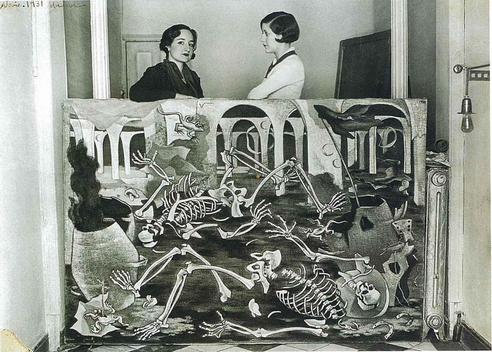 Maruja Mallo y Josefina Carabias con el lienzo Antro de fósiles.