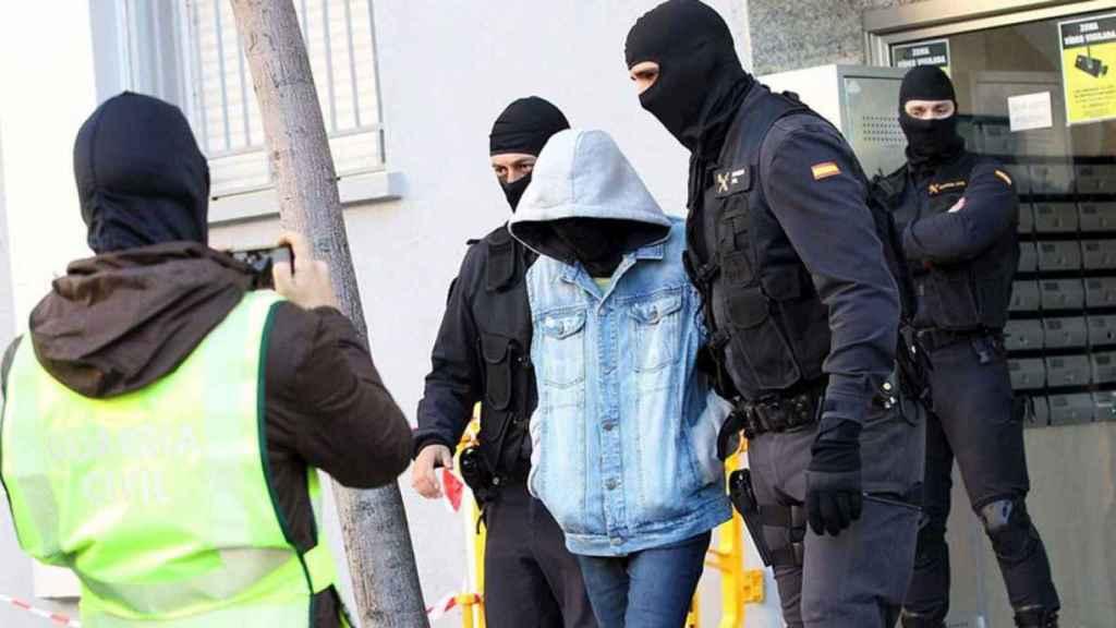 Imagen de una operación policial contra un menor yihadista.