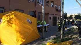 Los efectivos de emergencias, durante el operativo de ayer tras el ataque a la mujer en Usera.