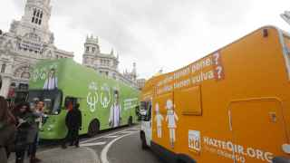 Los autobuses de HazteOir y La Sexta frente al Ayuntamiento de Madrid