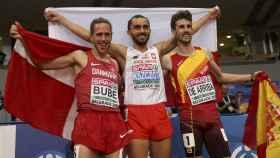 Álvaro de Arriba, a la derecha, celebra su bronce en Belgrado.