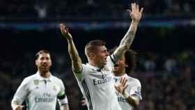 Kroos celebra su gol ante el Nápoles junto a sus compañeros
