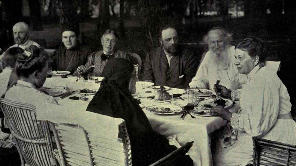 Sofía Behrs junto a su marido Tolstói, presidiendo la mesa.
