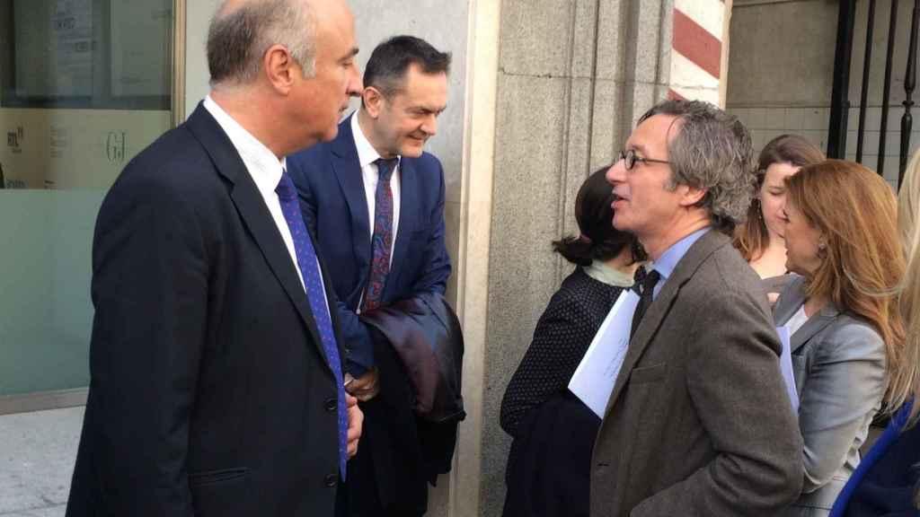 Fernando Benzo, a la izquierda, y José María Lassalle, a la derecha, a la salida del acto.