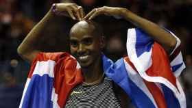 Mo Farah, celebra su victoria en el 5.000 del Indoor Grand Prix de Inglaterra.