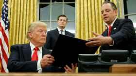 Trump entrega a Priebus la orden para presentar un programa alternativo al Obamacare.