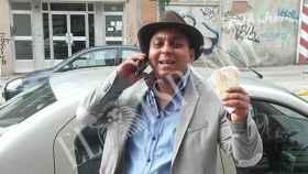 El padre del novio de la boda 'simpa', posa para la cámara trajeado y sosteniendo un fajo de billetes.
