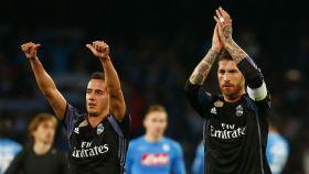 Lucas Vázquez y Sergio Ramos aplauden al terminar el partido frente al Nápoles.