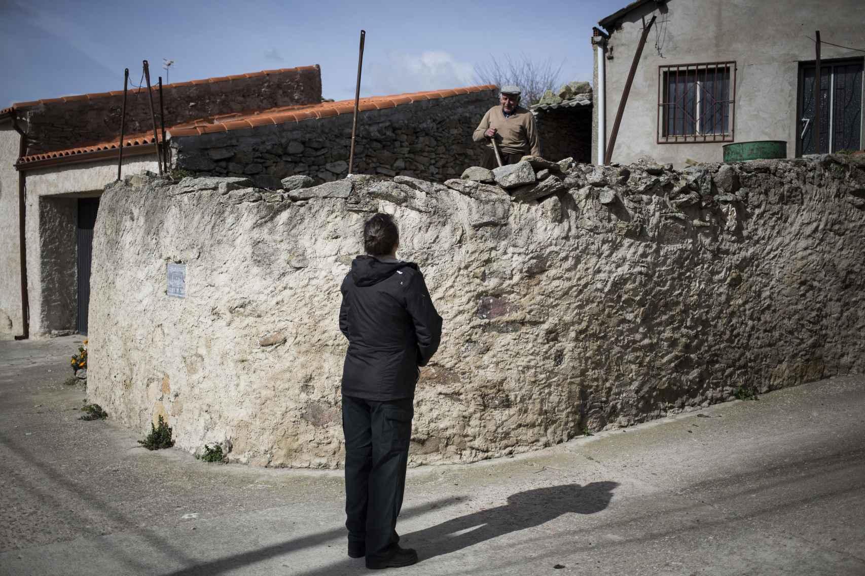 Alicia Sánchez, guardia civil, saludando a un vecino en Monleras (Salamanca).