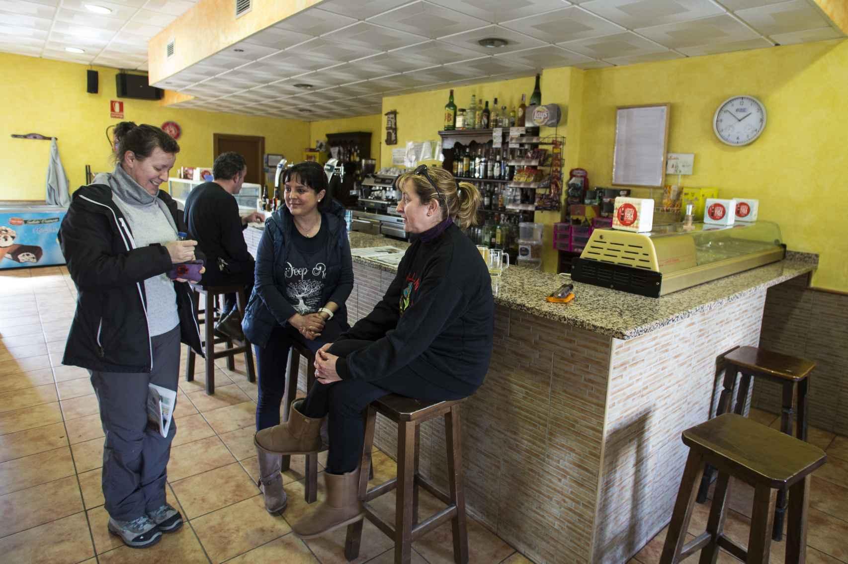 Alicia Sánchez, guardia civil en Monleras (Salamanca), con sus amigas en el bar.