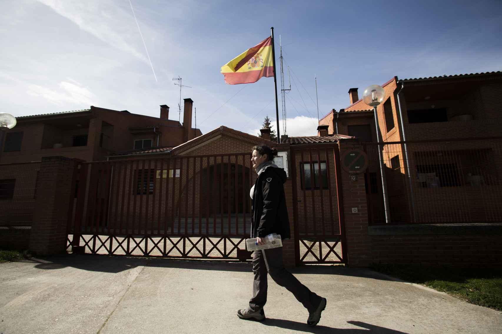Alicia Sánchez, guardia civil en Monleras (Salamanca), ante el cuartel de la localidad.