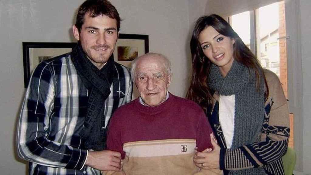Iker Casillas junto a su abuelo Mariano Fernández y Sara Carbonero.