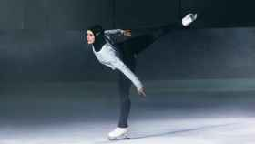 Una patinadora con un modelo de hijab de Nike.