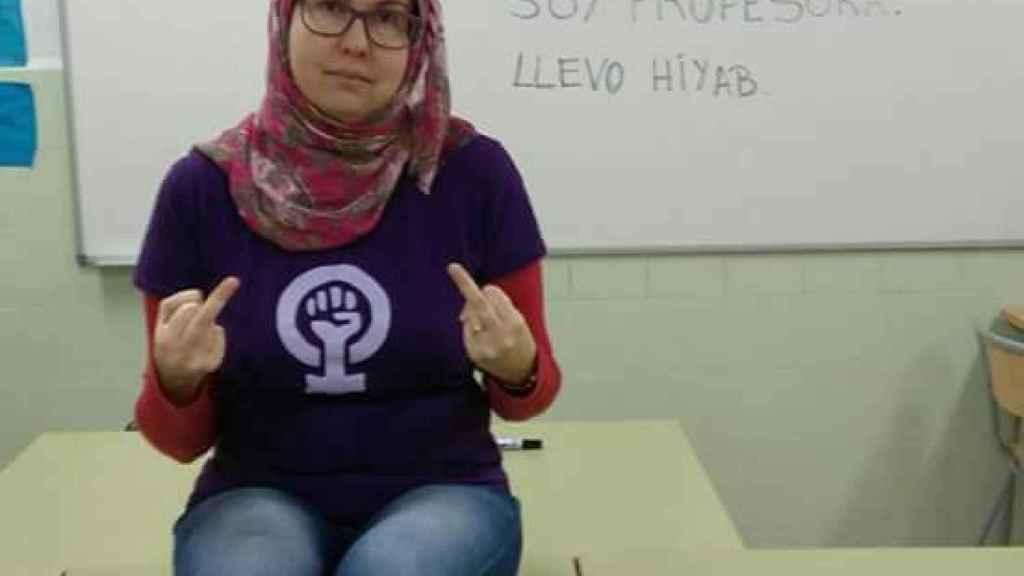 Helena Gutierrez dedica una peineta a Arturo Pérez-Reverte.
