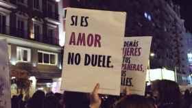 Uno de los carteles que se lucieron ayer en la Gran Vía de Madrid por el Día de la Mujer.
