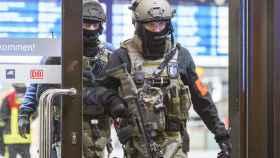 Policías dentro del recinto de la estación.