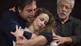 Javier Bardem, Silvia Abascal y, al fondo, Juan Carlos Corazza, hace unas semanas en Conde Duque.