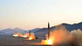 Lanzamiento de misiles balísticos en una imagen publicada por la Agencia Central norcoreana esta semana.