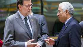 Rajoy conversa con el primer ministro portugués durante la cumbre de la UE