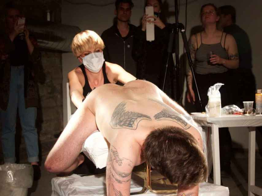 Imagen de la performance. Abel Azcona se deja tatuar un Make America Great Again en la zona perianal.