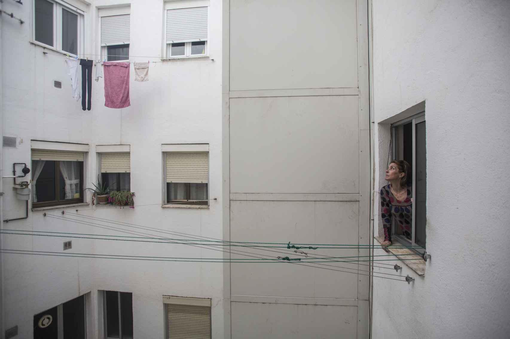 María Luisa Martín, la denunciante, vecina del 2º G, se asoma al patio del bloque.