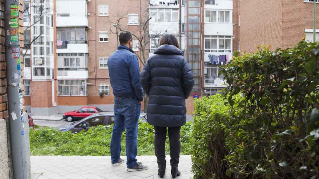 Mohamed y Samira, los hermanos de Zougam, frente al portal de su casa.