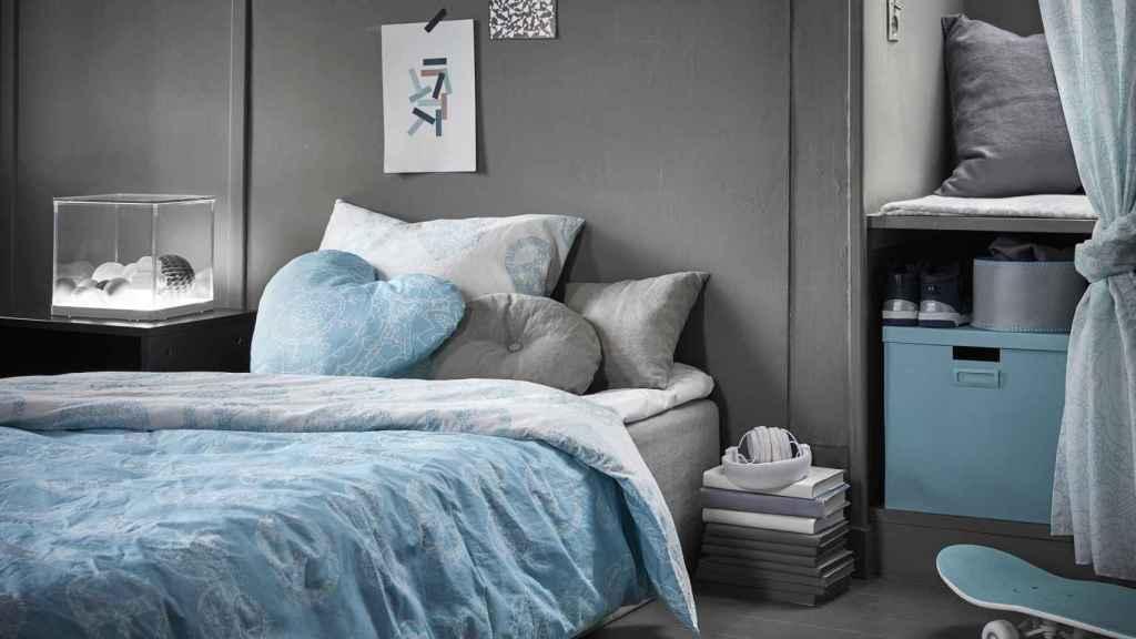 Dormitorio que combina el azul y el gris plata. | Foto: cortesía de Ikea.