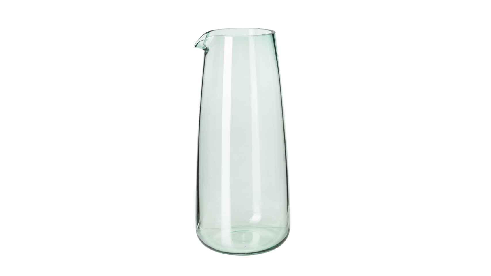 Una jarra de agua. Para que no tengas que levantarte en medio de la noche e interrumpir tu descanso. Trata que sea siempre de cristal para mantener mejor el agua y que puedas mantenerla todo el día en tu mesilla. | Foto: Una jarra de cristal IKEA como ésta es perfecta, pues se confunde con un jarrón y nadie se dará cuenta de que es tu rescate nocturno.